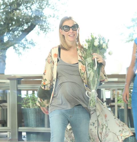 Беременная Ксения Собчак прилетела в Сочи в облегающей майке