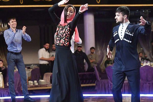 Мусульманский платок на полусветской девке