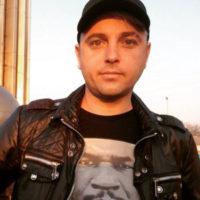 Солист группы «Отпетые мошенники» защищает семью от опасной фанатки