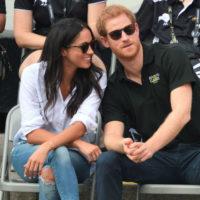 Свадьбе Меган и Гарри быть: пара впервые появилась на публике, держась за руки