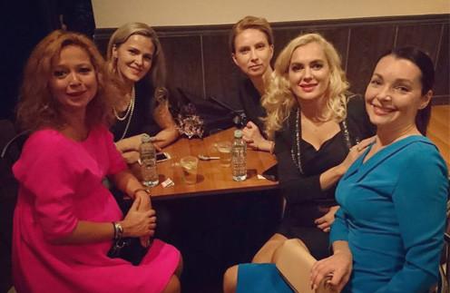 Беременная Елена Захарова развлеклась на вечеринке с Марией Порошиной