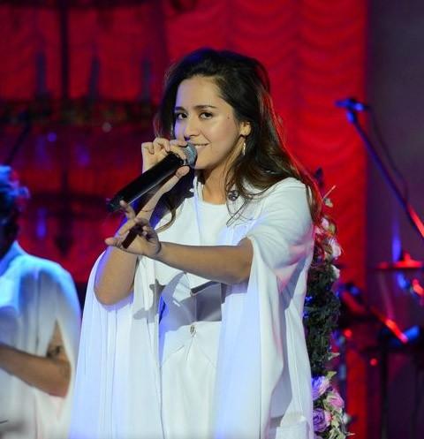Певица Манижа расплакалась на первом сольном концерте в Москве