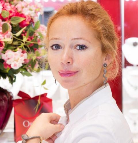 Елена Захарова, на днях ставшая мамой, снова вышла в свет