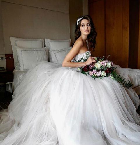 Супруга Дмитрия Тарасова снова надела свадебного платье