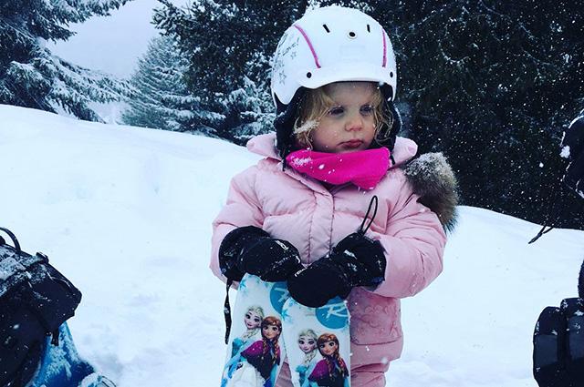 Трехлетняя дочь княгини Шарлен и князя Альбера II впервые встала на лыжи: видео