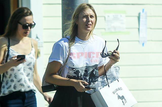Уличный стиль знаменитости: Мария Шарапова в майке Spice Girls на прогулке в Калифорнии