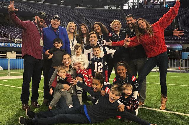 Жизель Бундхен с детьми поддержала Тома Брэди в преддверии матча за Суперкубок