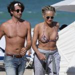 60-летняя Шэрон Стоун в бикини провела канун дня рождения на пляже с молодым бойфрендом