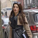 35001 Амаль Клуни в черном кожаном плаще была замечена на улице Нью-Йорка