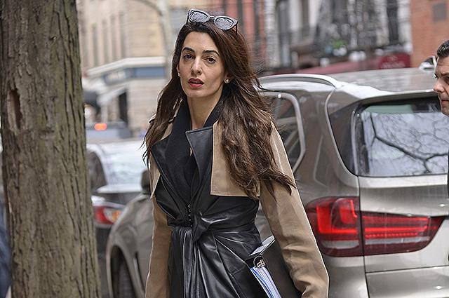 Амаль Клуни в черном кожаном плаще была замечена на улице Нью-Йорка