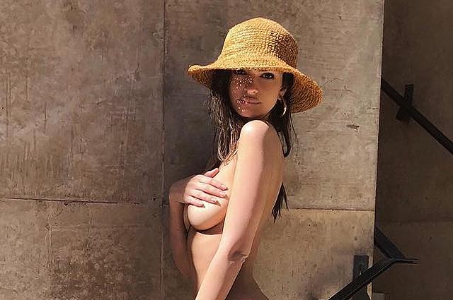 Эмили Ратажковски позирует мужу обнаженной и публикует откровенные фото в соцсети