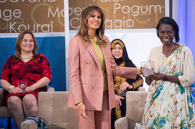Мелания Трамп вручила награды женщинам за смелость, а в ответ получила осуждающие комментарии