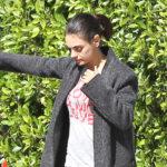 Уличный стиль знаменитости: Мила Кунис в домашних штанах гуляет по Лос-Анджелесу