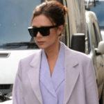 Уличный стиль знаменитости: Виктория Бекхэм в деловом костюме посетила магазин своего бренда в Лондоне