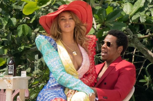 Ярко и сексуально: Бейонсе и Джей-Зи в сочных образах позируют на пляже на Ямайке
