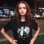 19-летняя дочь Славы поделилась горячим снимком топлес