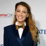 Блейк Лайвли в платье-блейзере и галстуке-бабочке на фестивале CinemaCon-2018
