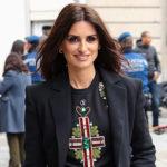 Уличный стиль знаменитости: Пенелопа Крус в джемпере Versace была замечена в Мадриде