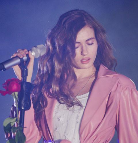 Жена основателя группы «Грибы» блеснула на сцене в сексуальных нарядах