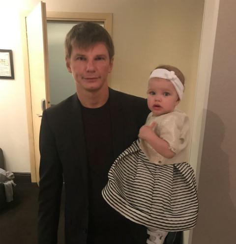 Алиса Аршавина обнародовала редкие кадры с мужем и дочкой