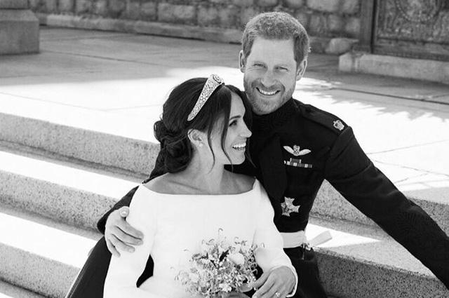 Автор свадебных снимков Меган Маркл и принца Гарри рассказал о фотосессии молодоженов: «Меган просто упала на Гарри»
