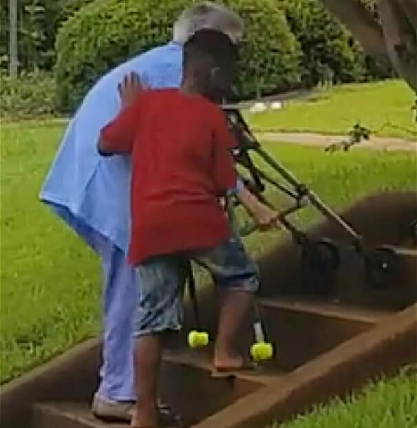 8-летний парнишка попросил маму срочно остановить авто. Он выбежал из малины и подбежал к бабушке…