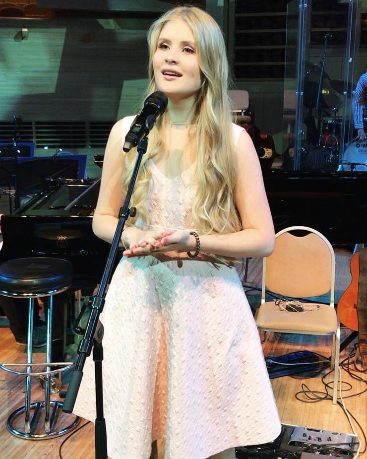 Дочь Александра Малинина представила футбольный гимн