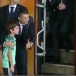40554 Криштиану Роналду задержал выезд всей команды, чтобы успокоить плачущего мальчика…