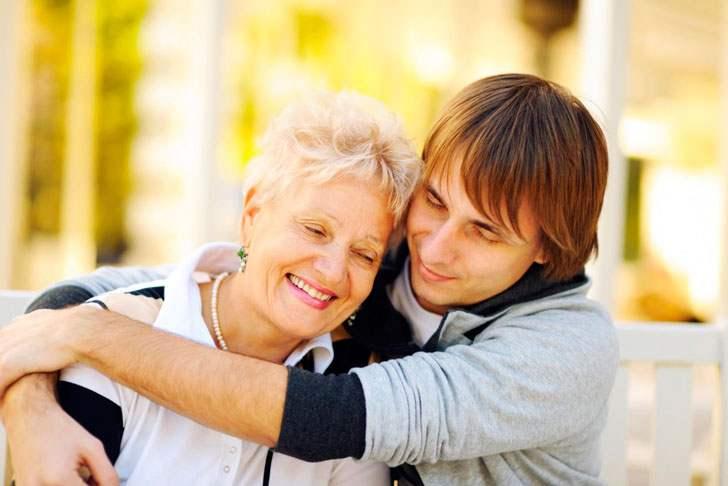 Парень стеснялся матери, он считал ее старухой…а потом он узнал правду…