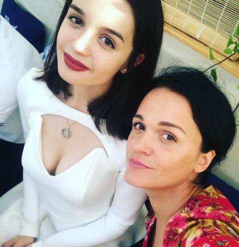 Певица Слава шокировала поклонников откровенным декольте дочери