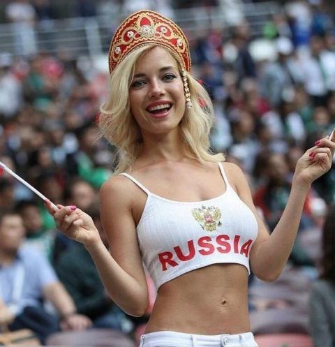 Самую красивую футбольную болельщицу из России затравили
