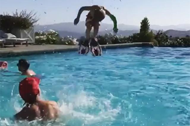В сети осудили Джессику Симпсон за сальто ее четырехлетнего сына Эйса со сломанной рукой в бассейне