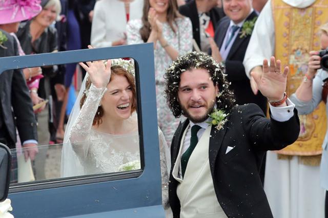 Звезды «Игры престолов» Кит Харингтон и Роуз Лесли сыграли свадьбу в Шотландии