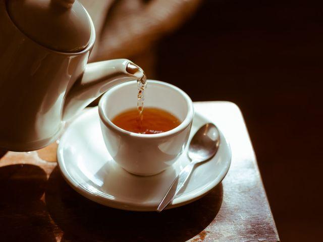 Бабушку привезли из больницы. Она с трудом ходила, с трудом говорила, а ее любимой фразой стало «Ставь чай»