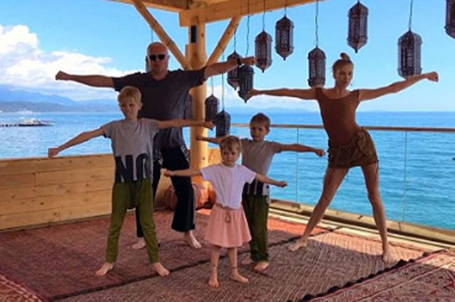 Елена Перминова и Александр Лебедев отметили 13-ю годовщину своей семьи танцем с детьми: видео