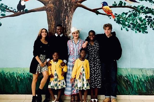 Мадонна со всеми своими детьми приехала в Малави и показала редкие семейные кадры