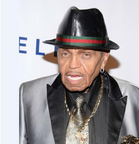 Покойный отец Майкла Джексона сломал сыну психику
