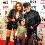 41305 Полину Диброву с детьми задержали на паспортном контроле