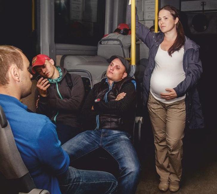 Реакция этого парня на женщину в положении рассмешила весь автобус!