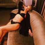 Рози Хантингтон-Уайтли позирует в нижнем белье: фото бэкстэйджа горячей фотосессии