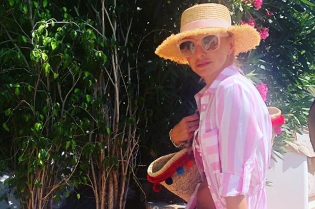 Татьяна Навка в розовом бикини отдыхает у моря