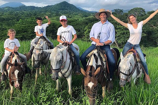 Жизель Бундхен и Том Брэди с детьми путешествуют верхом и наслаждаются семейным отдыхом