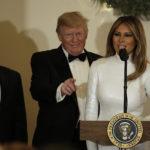 44141 Мелания Трамп в сверкающем белом платье появилась на балу в Белом доме