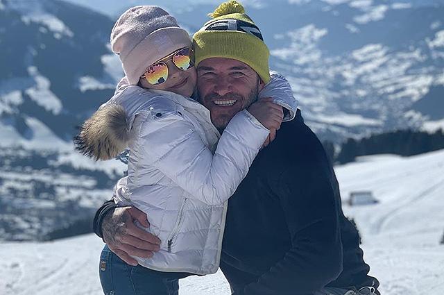 45149 Дэвид и Виктория Бекхэм с детьми катаются на лыжах в горах: фото семейного отдыха