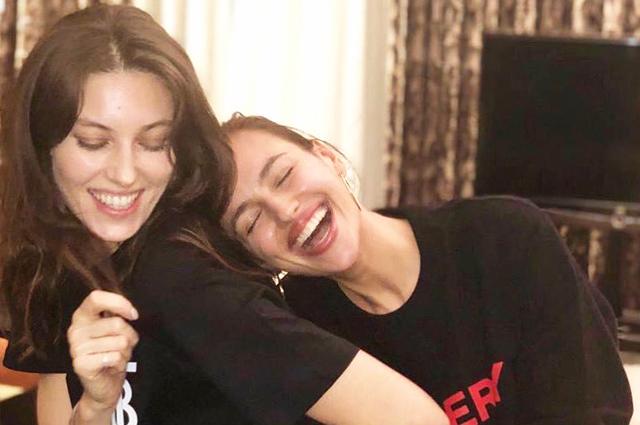 45045 Как сестры: Ирина Шейк встретилась в Лондоне с подругой Надеждой Савковой