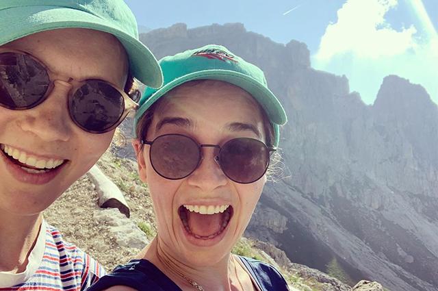 47238 Хайкинг, йога и вино: Эмилия Кларк отдыхает с друзьями в Италии