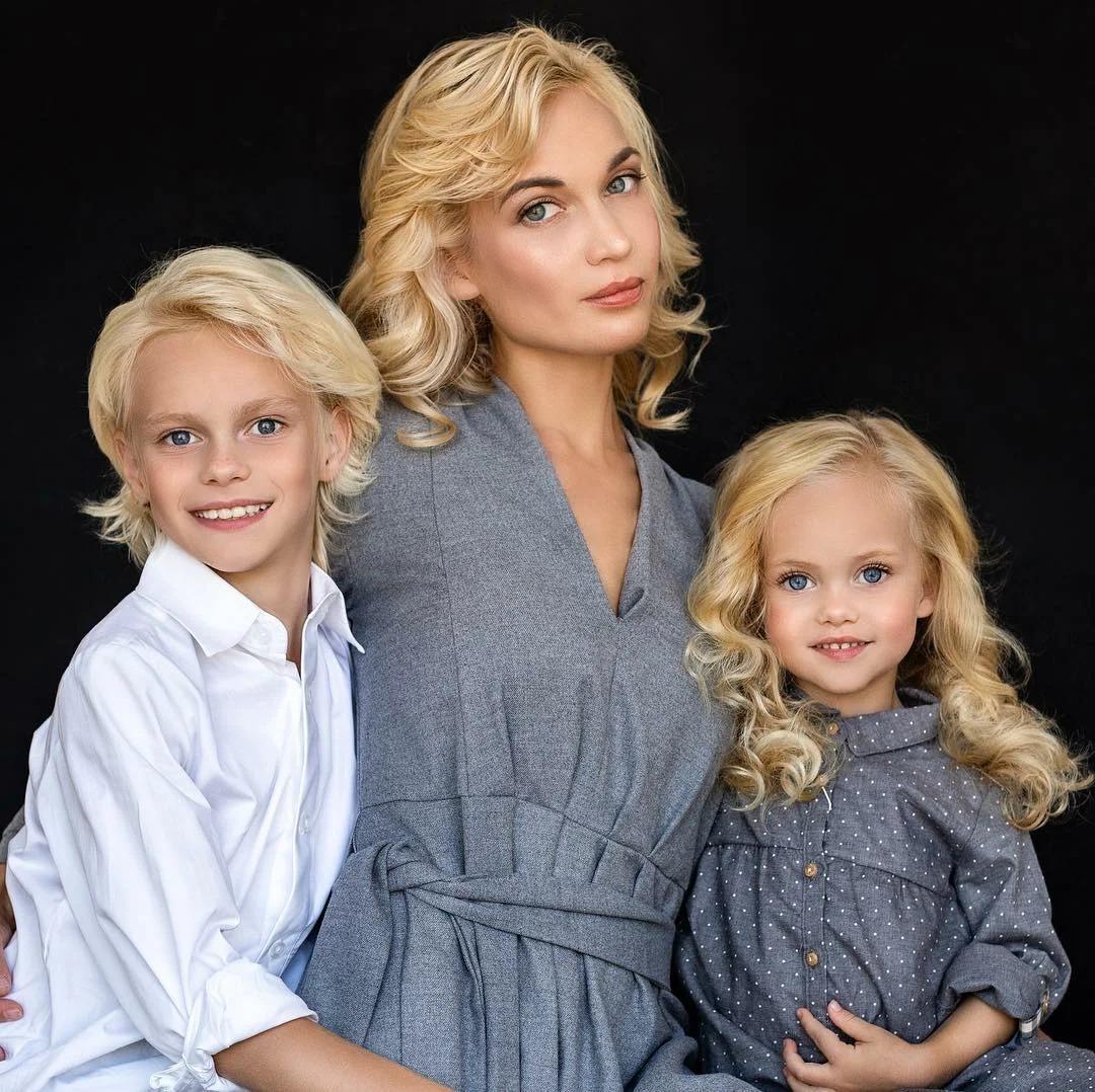 48661 Дети этой мамочки прирожденные модели. Потрясающая внешность!