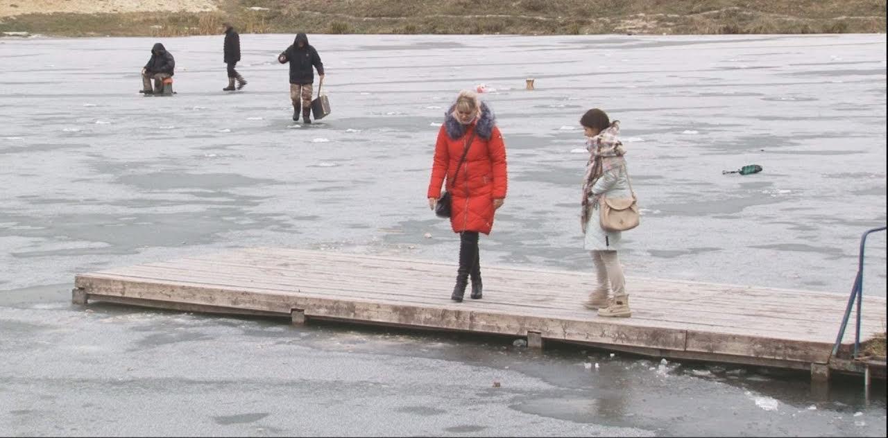 50214 Девушка бесстрашно бросилась в ледяную воду, что бы спасти тонущего мальчика
