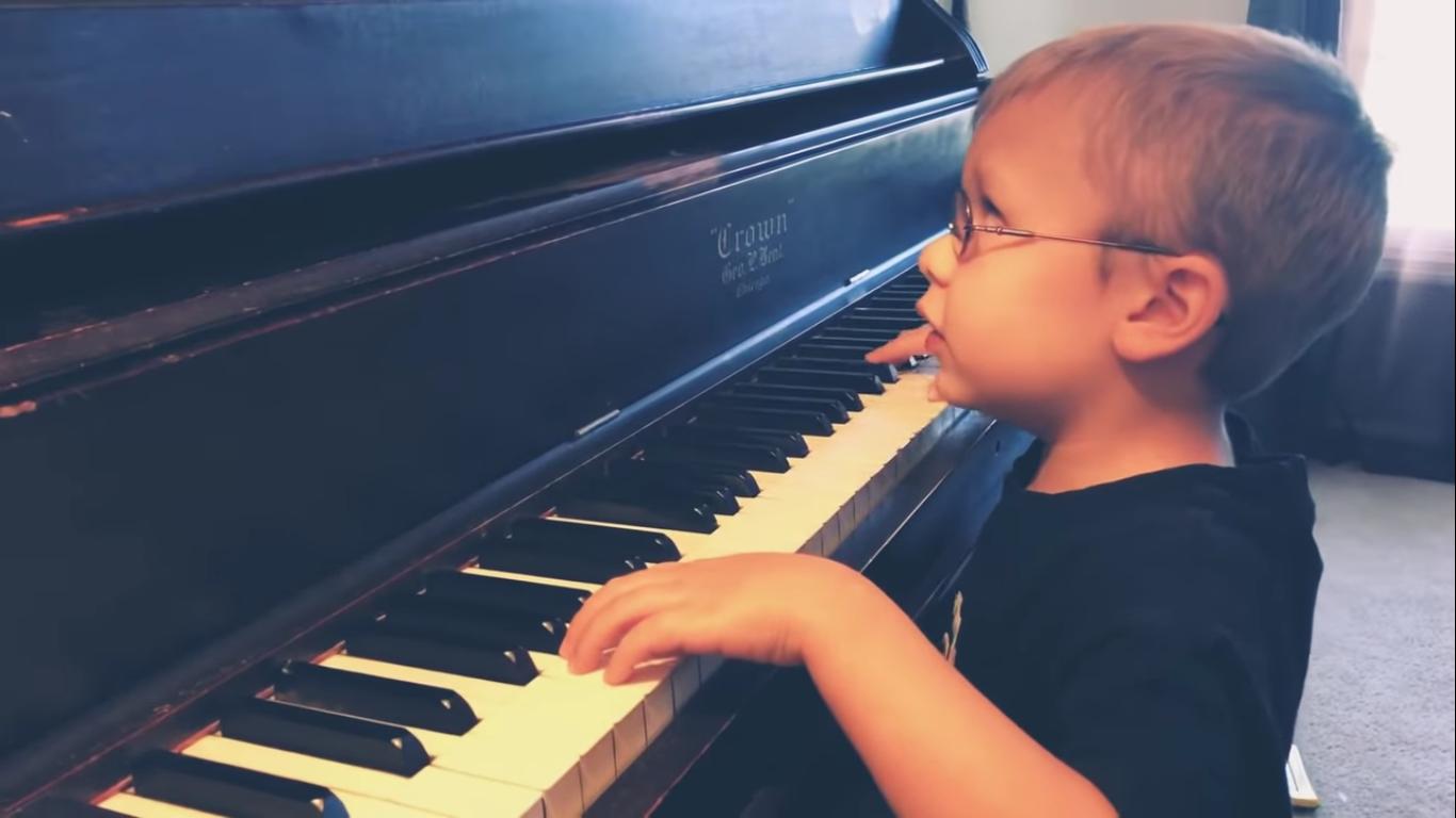 50268 Маленький музыкант, который очень плохо видит, покорил всех своим исполнением «Богемской рапсодии». Очень трогательное видео