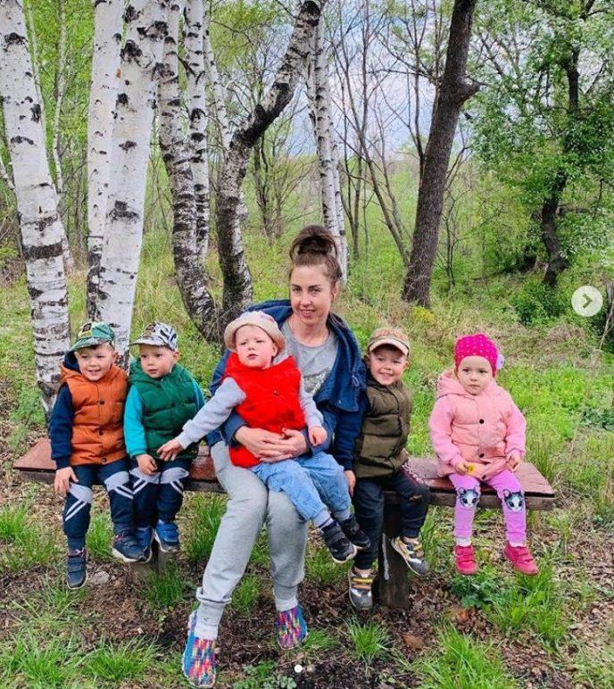 Всю беременность она думала, что носит четверых детей, а родились пятерняшки